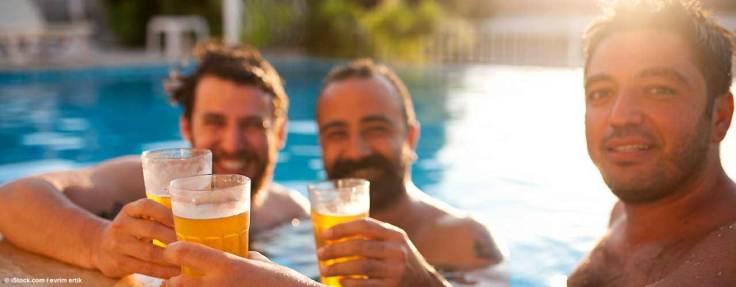 gays_im_pool_mit_bier_L